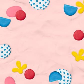Детская глиняная узорчатая рамка на розовом текстурированном фоне креативная поделка для детей