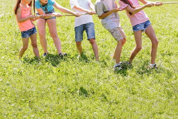 Дети соревнуются в перетягивании каната