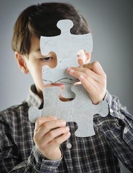 직소 퍼즐을 연결하는 아이들