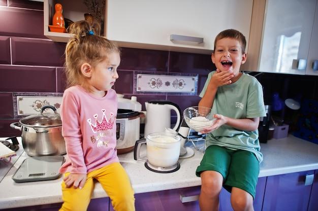 キッチンで料理をする子供たち、幸せな子供たちの瞬間。一緒に妹と兄弟。