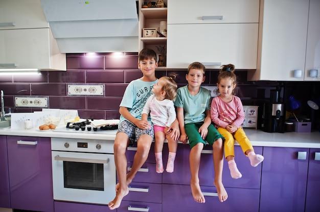 キッチンで料理をする子供たち、幸せな子供たちの瞬間。 4人の子供、大家族。