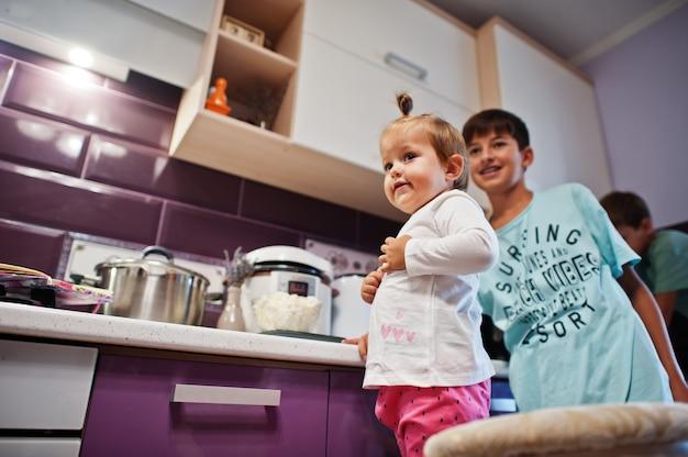 キッチンで料理をする子供たち、幸せな子供たちの瞬間。