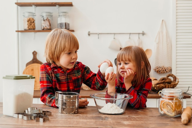 Дети готовят вместе дома