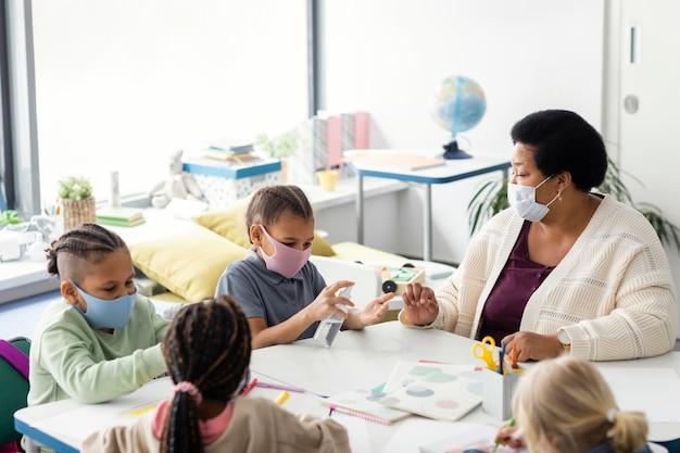 教室で手を消毒する子供たち