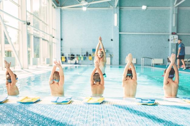 수영장에서 운동을하는 아이들