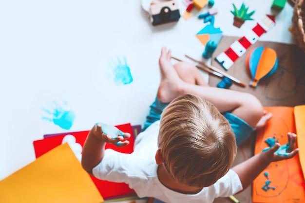 Дети рисуют и делают поделки с помощью развивающих игрушек в школе и детском саду или в художественных классах