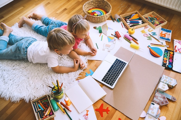 Kids drawing and making crafts with online art classes at home