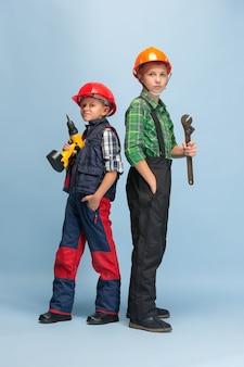 Bambini che sognano la professione di ingegnere. infanzia, pianificazione, educazione e concetto di sogno.