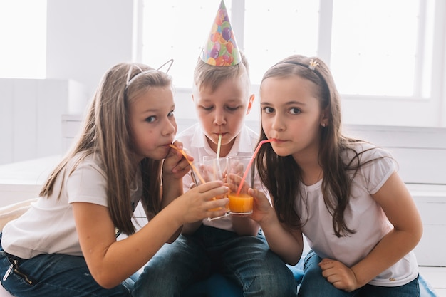 생일 파티에서 마시는 아이들