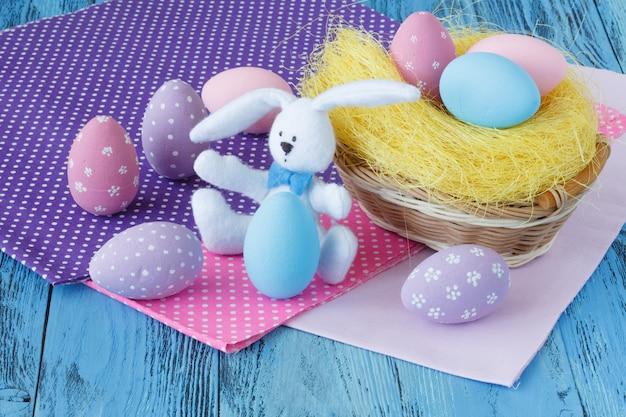 着色された卵の子供たちのイースターシーン