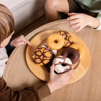 집에서 도넛을 먹는 아이들