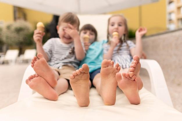 Дети едят мороженое в бассейне