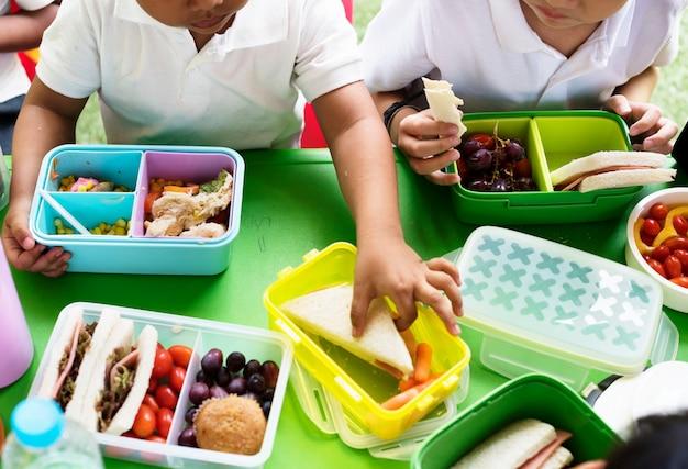 小学校でお弁当を食べる子供たち