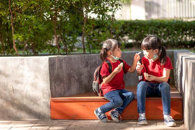 학교에서 야외에서 식사하는 아이들. 아이들을 위한 건강한 학교 아침식사. 샌드위치 타임.