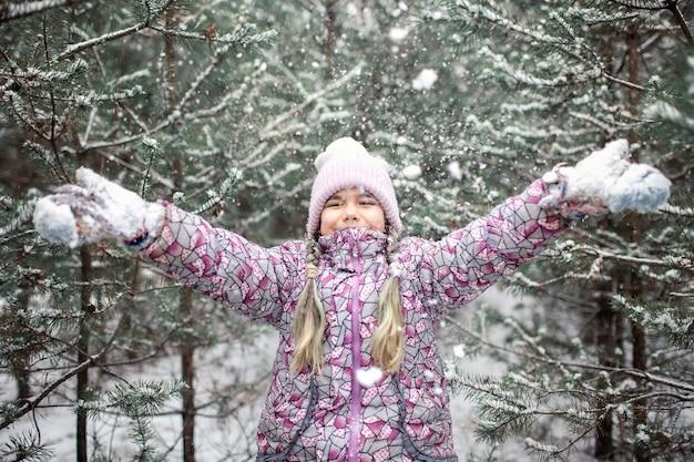子供たちは冬の森で最初の雪、活発な季節の活動、ライフスタイルを楽しむ