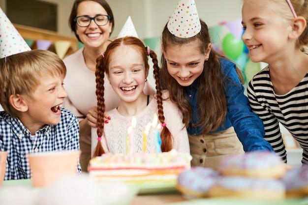 Дети наслаждаются вечеринкой по случаю дня рождения