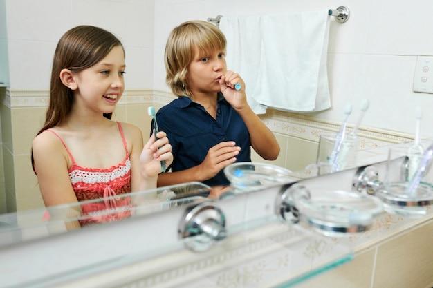 歯磨きを楽しむ子供たち