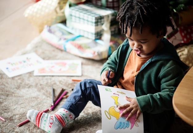 色鮮やかな本を楽しんでいる子供たち
