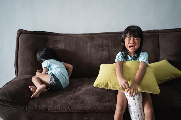 子供たちは家で戦い、泣く