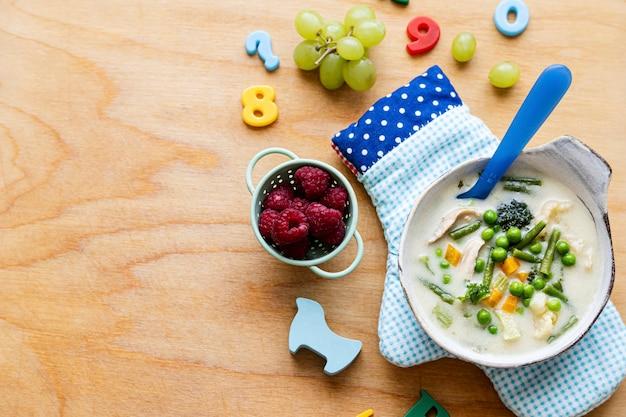 Sfondo di cibo per bambini, tavolo in legno