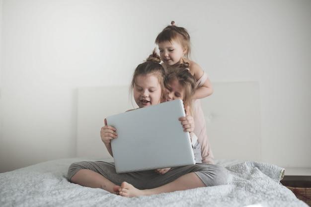 子供たちは楽しいラップトップ、兄弟のコミュニケーションについて議論します