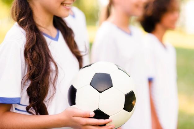 I bambini si preparano per una partita di calcio fuori