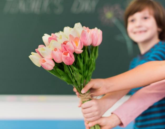 コピースペースで花をあげる子供たち