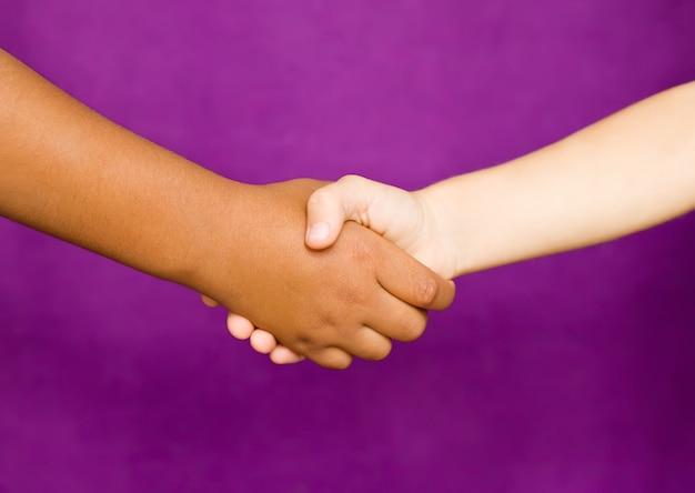 紫の子供の握手