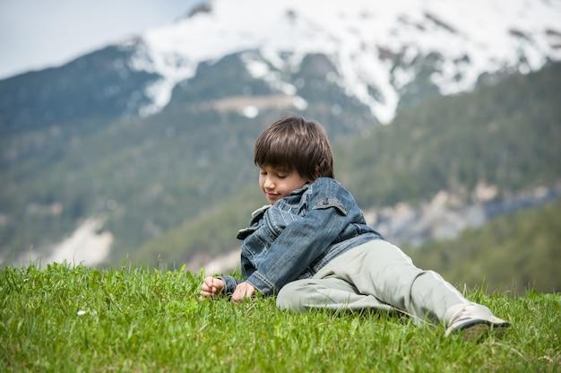 牧歌的なアルプスの美しい春の休暇を持つ子供たち