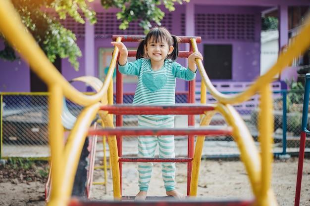 Дети веселятся, поднимаясь по лестницам на детской площадке