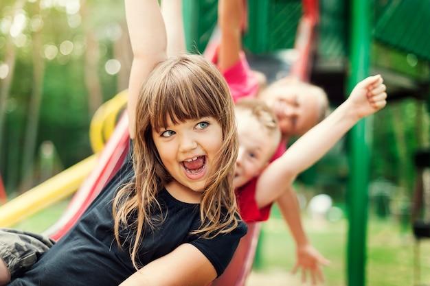 Дети веселятся на слайде