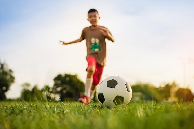 Дети веселятся, играя в футбол для упражнений