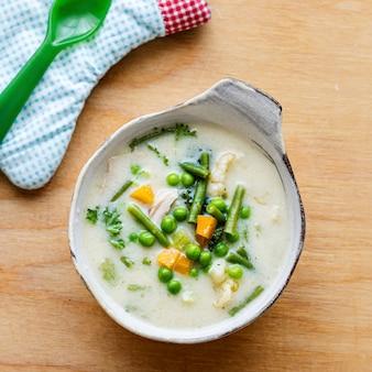 완두콩과 당근을 곁들인 어린이 건강 치킨 수프