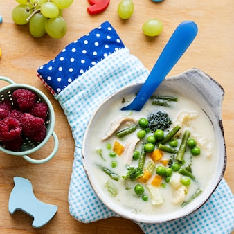 Zuppa di pollo salutare per bambini con piselli e carote