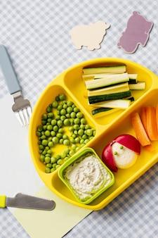 黄色いプレートに子供たちの健康的なフィンガーフード