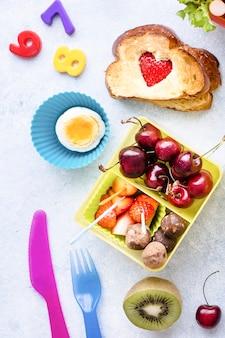 Lunchbox di cibo sano per bambini con bacche e frutta
