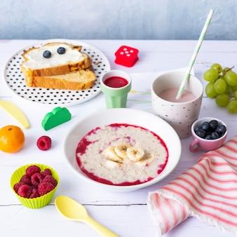 Colazione salutare con porridge per bambini con panino