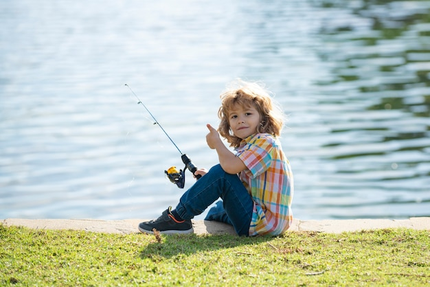 어린이 취미. 호수에 낚시하는 아이. 강에서 회 전자와 소년입니다. 막대와 부두에서 아이.