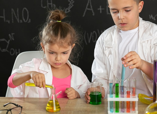実験をしている実験室の子供たち