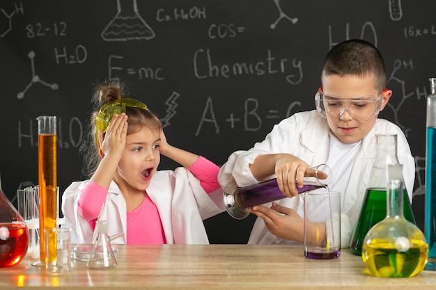 Дети в лаборатории делают эксперименты