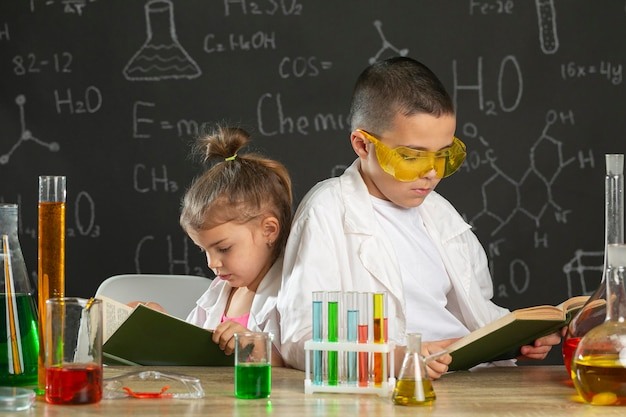 本を勉強している実験室の子供たち