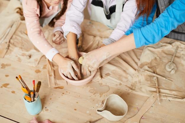 Дети в гончарной мастерской