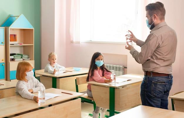 Дети в школе во время концепции covid