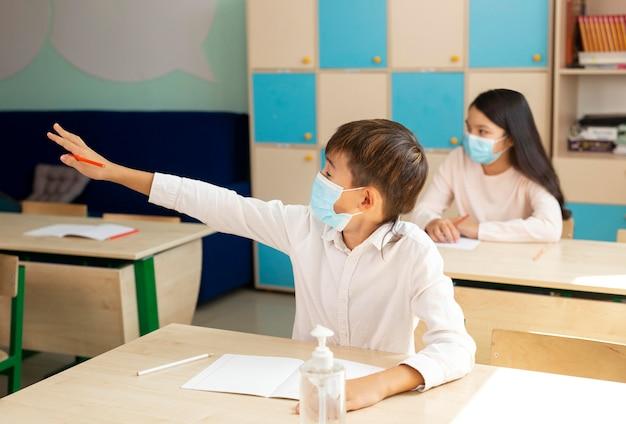 Covidコンセプト中に学校の子供たち