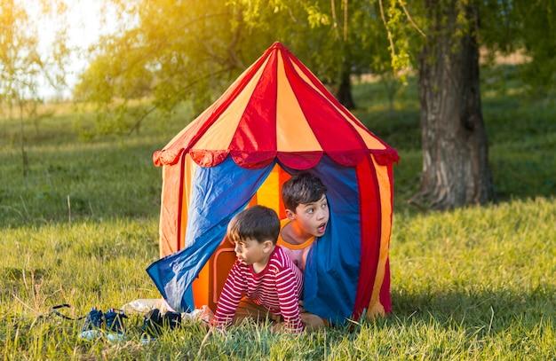 Дети в палатке на открытом воздухе
