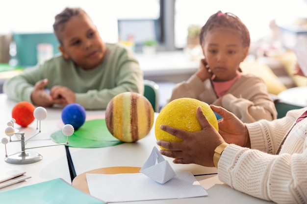Bambini che imparano a conoscere i pianeti in classe