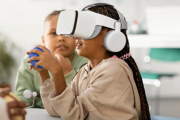 우주에 대해 배우는 아이들