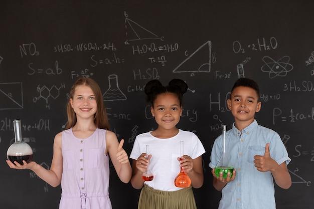 수업 시간에 화학에 대해 더 많이 배우는 아이들