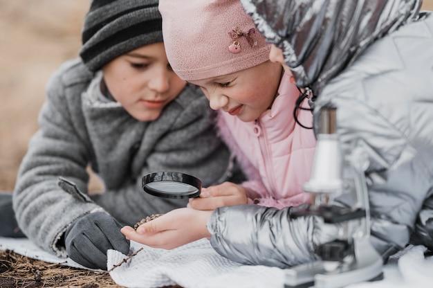 자연 속에서 새로운 과학을 배우는 아이들