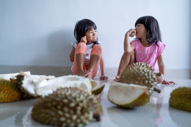 子供たちはドリアンの果物を食べるのが大好き